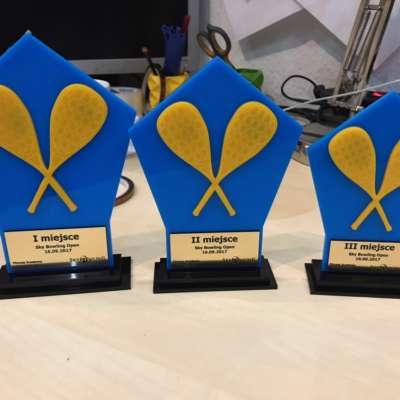 statuetki z niebieskiej i żółtej pleksi